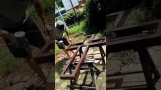 Ngecat kayu salib untuk rangka acrylic