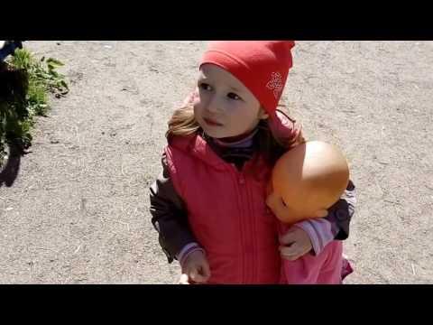 Александра с лялей Дианой и подругой Юлией играют на детской площадке!