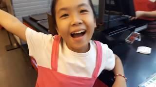 """Giúp Việt Kiều dẫn """"hotgirl"""" bé Cẩm 11 tuổi nhặt ve chai cùng bà ngoại đi shopping - PhuTha vlog"""