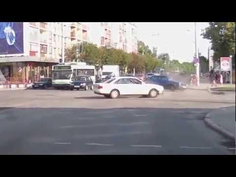 Удар в бочину на перекрестке