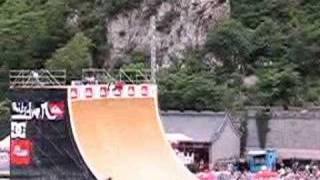 Thumb Danny Way saltando la Gran Muralla China en patineta