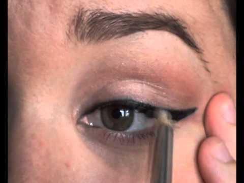 Como aplicar delineador de ojos de diferentes tipos youtube - Maneras de pintar los ojos ...