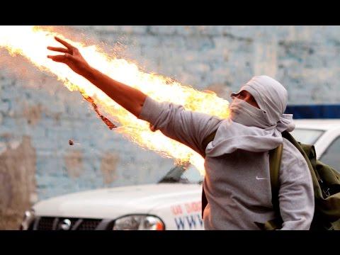 Enfrentamientos entre manifestantes y la Policía en la marcha por los 43 desaparecidos