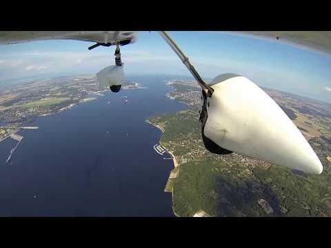 Für diese Luftaufnahmen wurde die GoPro HERO3 au�en unterhalb einer Aquila A210 befestigt (sie hat den Flug gut überstanden :) Leider wird die Bildqualität durch die YouTube-Komprimierung...
