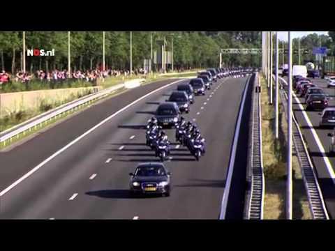 Mensen langs de snelweg betuigen hun respect