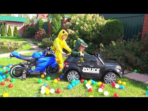 Машинки для Детей Лев и Глеб Катаются и Играют в Разноцветные Шарики