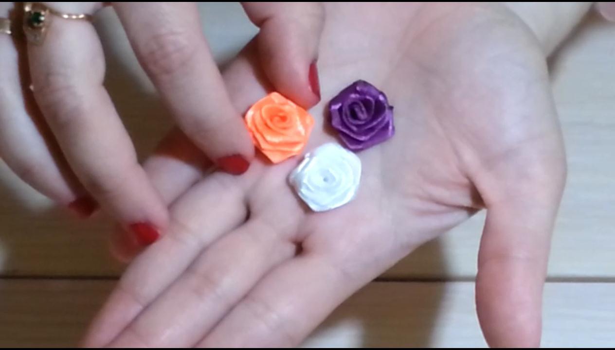 Маленький цветок из атласных лент своими руками 935