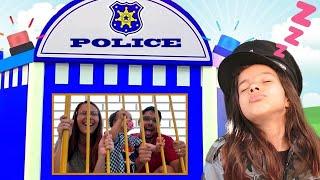 KIDS PRETEND PLAY WITH POLICE COSTUME ★ VIDEO FOR KIDS ★ CRIANÇA FINGE BRINCAR SER POLICIAL 4