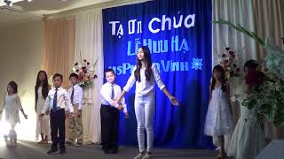 Thiếu nhi HT Oakland múa tặng MS Phan Quang Vinh lễ Hưu hạ