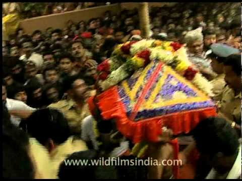 Carrying The Sacred Ornaments Of Lord Ayyappa To Sabarimala video