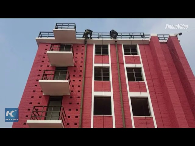 10 seconds! Chinese armed police climb up vertical wall on five-story building