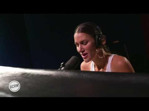Niia performing
