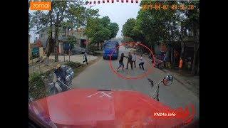 """Tài xế taxi Thịnh Hưng chặn đầu, rút tuýp định """"thịt"""" bác container"""