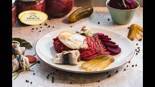 Labskaus, Labskaus besteht aus Cornedbeef, Gewürzgurken, Zwiebeln, Rote Bete, Hamburger Küche,
