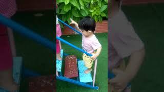 Bé 1 tuổi chơi Cầu tuột
