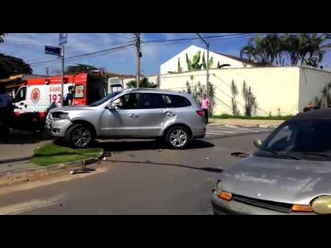 Dois veículos colidem em Avenida de Goiânia