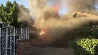 Người hùng cứu một ông già khỏi căn nhà đang bốc cháy
