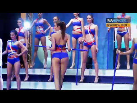 Chicas en bikini posan a 20 grados bajo cero en Rusia