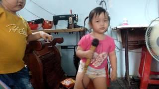 Bé nhã thy hát karaoke