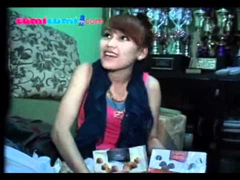 http://www.cumicumi.com/videos/2011/11/05/21121/84/ayu-tingting-borong-oleh-oleh-dari-papua.html.