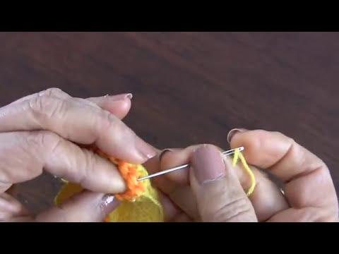 Zapatitos del conjunto de 4 piezas tejidos en dos agujas para bebé