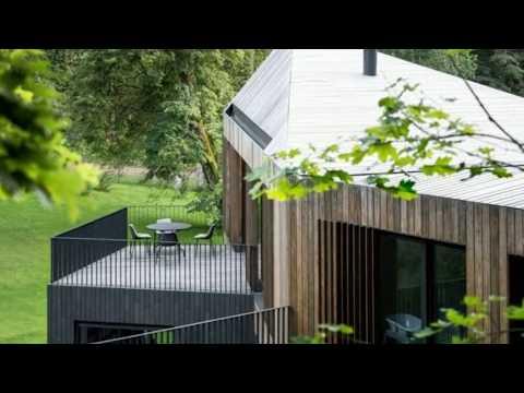 Vertikale Holzfassade und modernes Innendesign – Ein Haus im Wald
