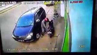 Download video Pencuri dan Begal Mobil Parkir Terekam Kamera CCTV