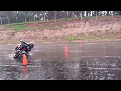 Increíble entrenamiento bajo la lluvia con una Bajaj Pulsar 200 NS