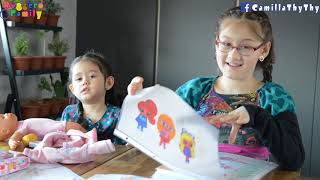 Hai chị em khoe tranh vẽ/ Em LyLy chơi với búp bê