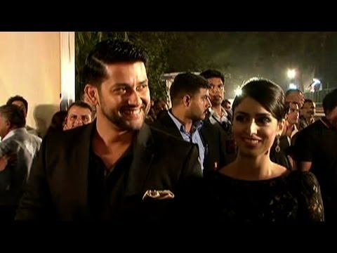 Exclusive Red carpet Footage: Aftab Shivdasani with wife at 59th Idea Filmfare Awards 2014
