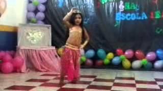 Menina dançando dança do ventre