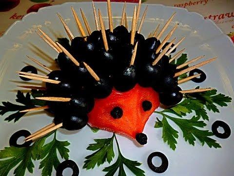 Ежик из помидора и маслин. Украшения из овощей. Hedgehog of tomato.Decoration tomato.