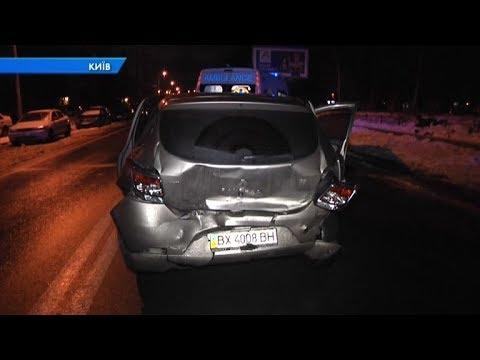 На столичній дорозі водійка на світлофорі протаранила Renault