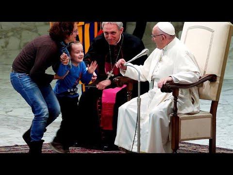 Papa Francesco, fuori programma con bimbo: 'è indisciplinato ma libero'