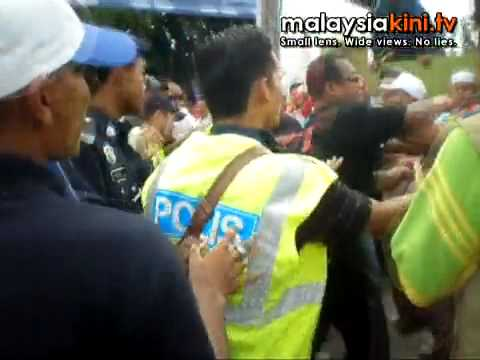 a fight between Pemuda Umno and Pakatan supporters at about 11am in front of Sekolah Agama Hulu Bernam. According to a PKR supporter here, at least one perso...