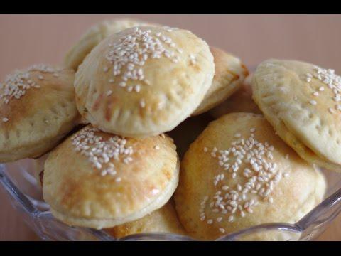 Слоеные пирожки с сыром и помидорами (Домашний кулинар)