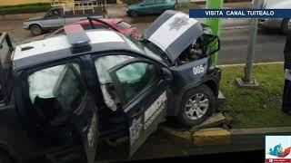 Patrulla se pasa un alto y choca contra un auto en Tulancingo; hay dos heridos