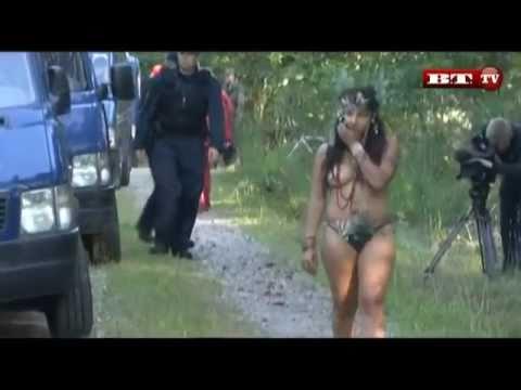 Bare bryster og bandeord  Politiet fjerner skov-aktivister