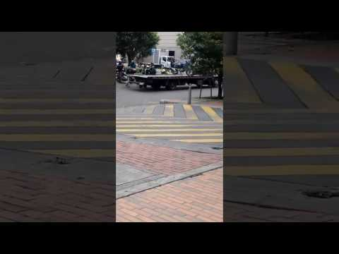Accidente de Operario de grúa cae al recoger moto mal parqueada Bogotá