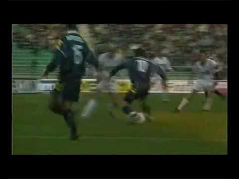 18 Febbraio 2001 - A pochi giorni dalla morte del suo caro papà Gino, Alessandro Del Piero segna uno dei suoi gol più belli ed emozionanti della carriera. St...