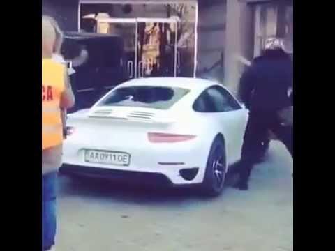 В Киеве неизвестные битами побили Porsche мультимиллионера Игоря Тарасюка