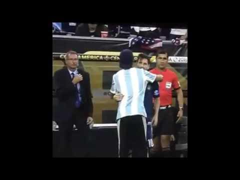 El fanático que se arrodilló ante Lionel Messi