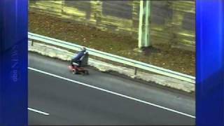 Thumb Manejando su Hoveround (silla eléctrica de 4 ruedas) por la autopista