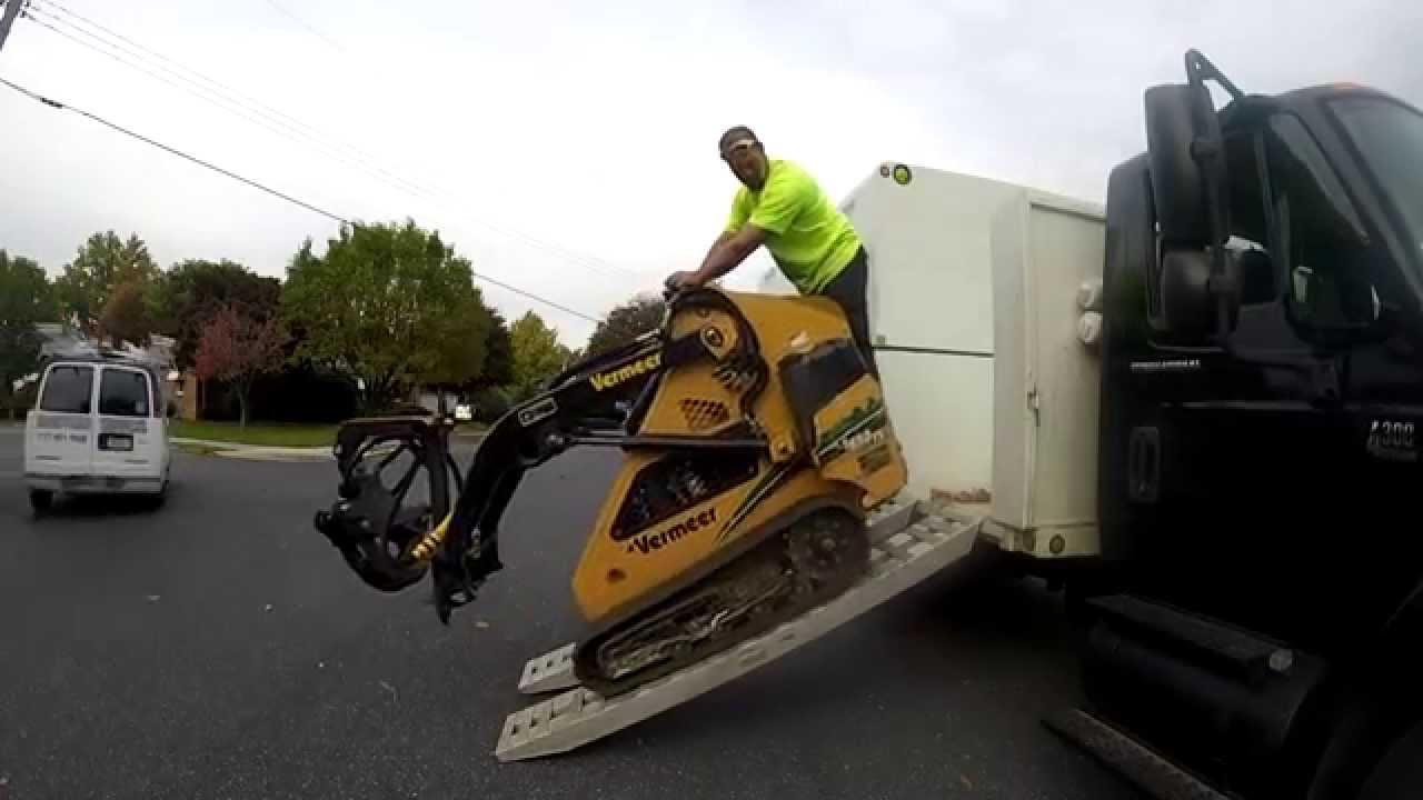 John Deere Skid Steer >> Loading a Mini Skid Steer Vermeer 650tx. - YouTube
