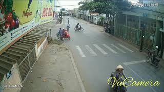 Tai nạn giao thông qua đường không quan sát (VuCamera)