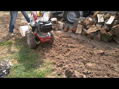 Einachser Mit Gartenfräse Im Einsatz Auf Hartem Boden