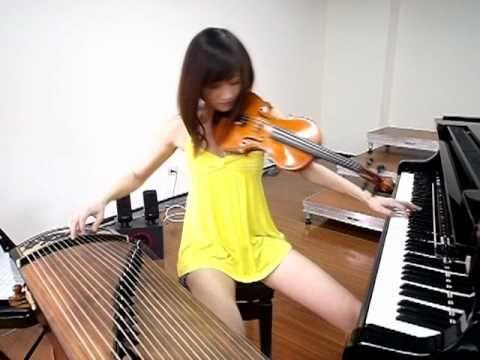 Chica tocando tres instrumentos musicales al mismo tiempo