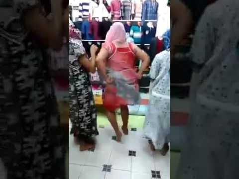 بنات الجامعة  داخل محل لبيع الملابس يغنون ويرقصون شعب مهبول نتحداك متضحكش| منزوجوش thumbnail