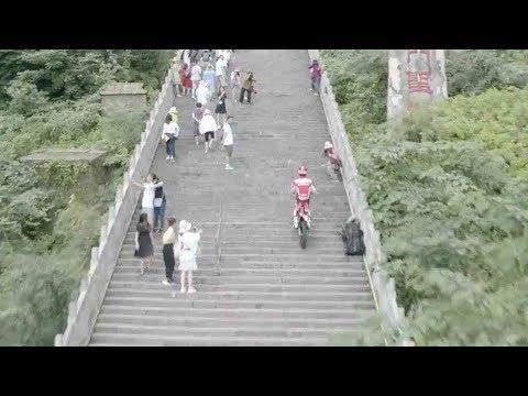 Motorbike daredevil sets world records on Tianmen Mountain