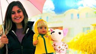 Ayşe ve Gül Loli 'yi almaya yağmurda dışarıya çıkıyorlar! Bebek bakma oyun videosu.